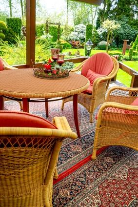 Gartenmöbel – Korbgeflecht, gemütliche Sitzecke im Wintergarten